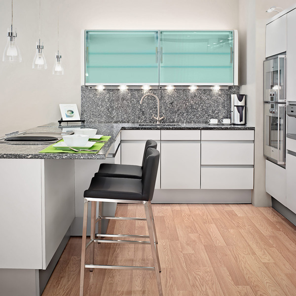frische coole küchen farben arbeitsplatte klassisch durchsichtig schranktüren