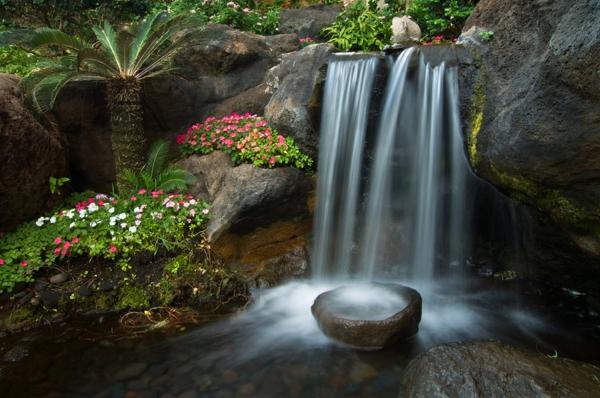 gartengestaltung mit steinen tsubo niwo wasserwasserfall