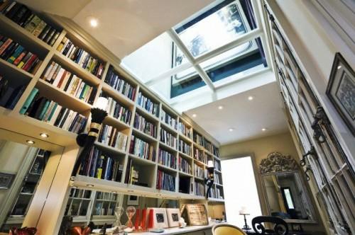 haus bibliothek anordnung bücher regale dachfenster