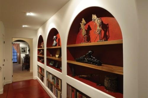 haus bibliothek anordnung bücher regale flur idee