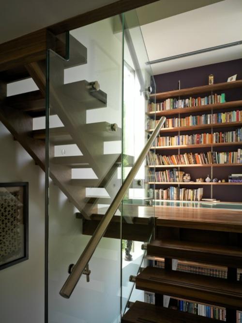 hausbibliothek organisation bücher regale treppenhaus glas
