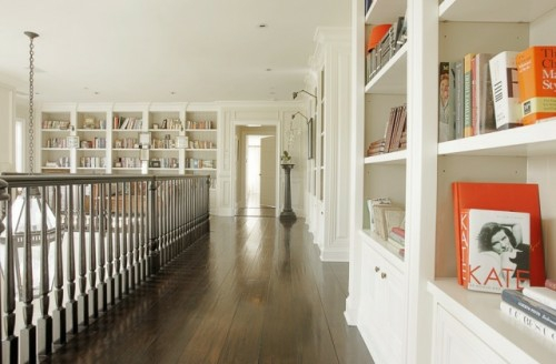 bibliothek zu hause anordnen bücher regale weiß ausstattung