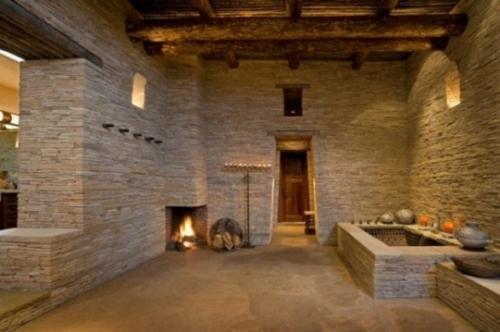 Interessantes Badezimmer Design - alles im Bad aus rauem Stein