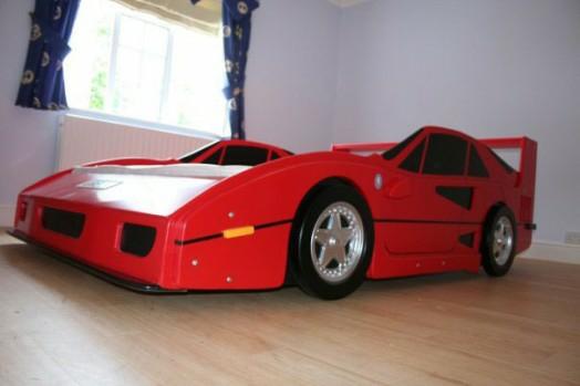 kinderzimmer gestalten junge bett auto rot schnell wagen