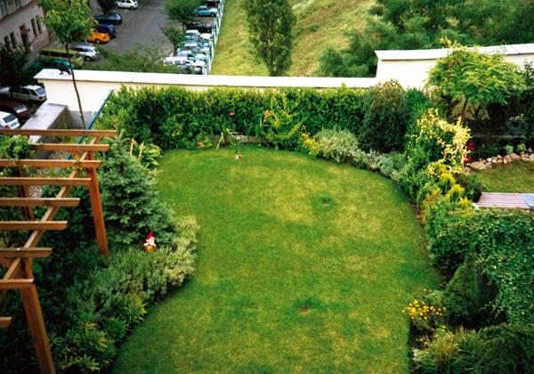 kleinen balkon gestalten pflanzen rasen