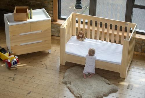 kleines babyzimmer gestalten - modernes faltbares gitterbett - Kinderzimmer Gestalten Beige