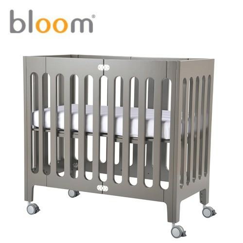 kleines babyzimmer gestalten modernes faltbares gitterbett. Black Bedroom Furniture Sets. Home Design Ideas