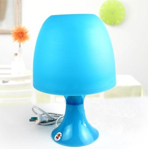 moderne nachttisch lampen grell blau matt farben auffallend
