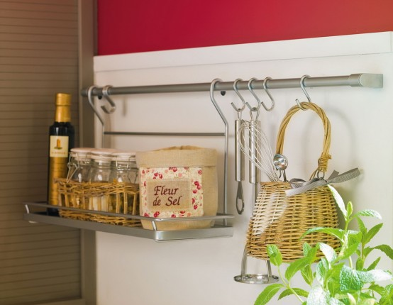 Modernes Küchendesign – Küche in Beige mit roten Wänden
