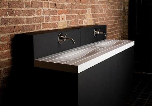 Schönes modernes waschbecken im bad wellenförmig schwarzer