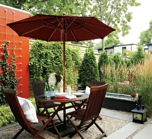 moderne coole Garten Gestaltung im Hinterhofessbereich holz sonnenschirm