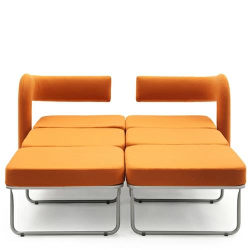 Orange sessel in einzelbett umgewandelt von giulio manzoni for Doppelbett platzsparend