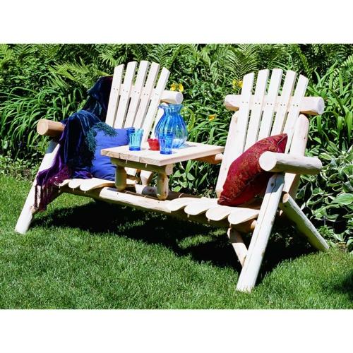 relax stuhl im garten weiß teakholz nebentisch überwürfe