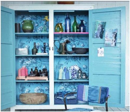 schöne blumen details schrank regale blau lackiert holz