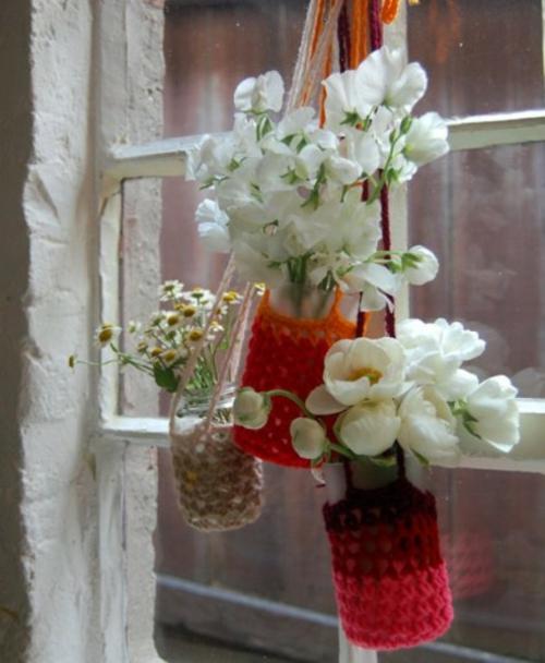 schöne frische blumen vase weiß blüten hängend fenster