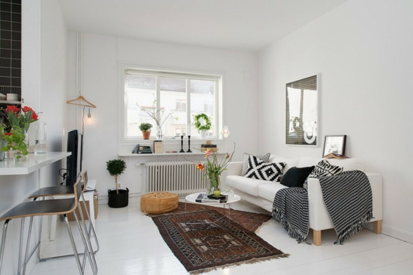 wohnzimmer couch poco: gemütliche Wohnecke im Apartment – weißes Sofa, schwarze Texturen