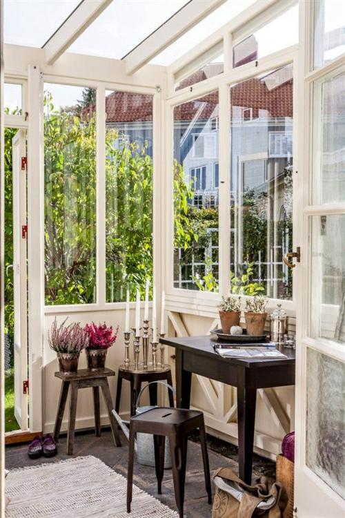 vintage veranda aus glas hocker holz dunkel auffällig