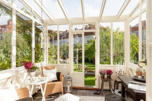 vintage veranda aus glas holz weiß lackiert rattan sessel