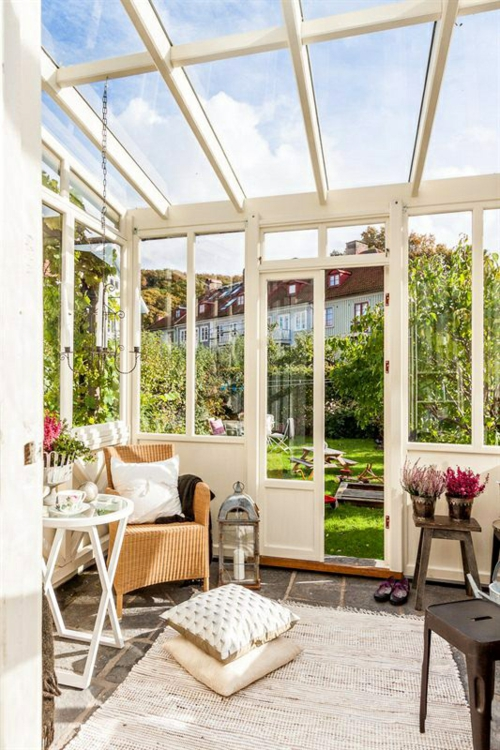 vintage veranda aus glas holz weiß sessel kissen