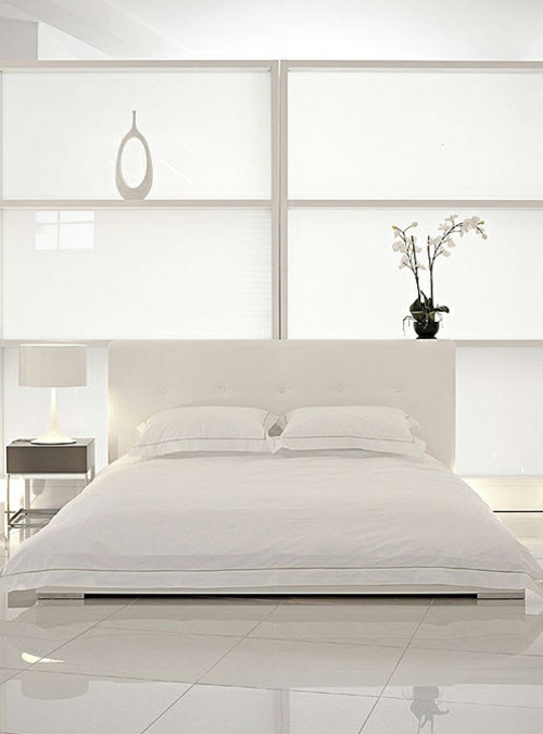 weiße interior design ideen studio glanzvoll schlafbereich bett regale