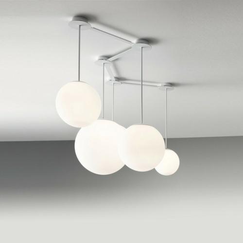 wei e kugel lampen in unterschiedlicher h he multiball lighting. Black Bedroom Furniture Sets. Home Design Ideas