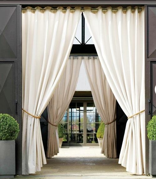 wohnbereich im garten gestalten gardinen weiß luftig