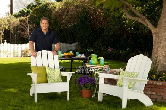 wohnbereich im garten gestalten stuhl weiß holz massiv kissen grün
