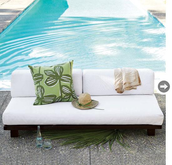 wohnzimmer im freien pool sofa kissen mütze erfrischungsgetränk