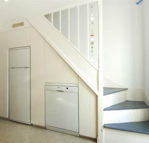 Coole platzsparende Lagerung Ideen im Treppenhaus kühlschrank