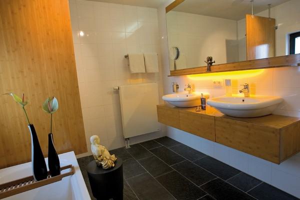elegante badezimmer interior design ideen badewanne schwarze bodenfliesen