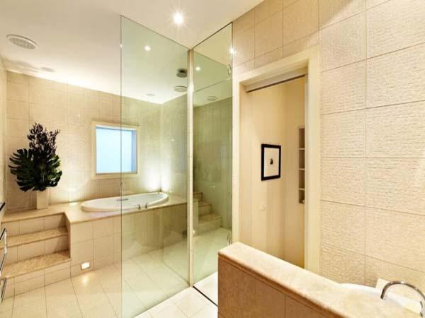 Elegante Badezimmer Interior Design Ideen glaswände badewanne beige