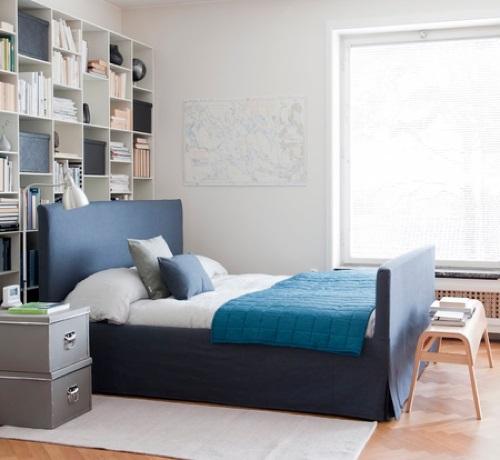 dunkelblaue schlafzimmer möbel doppelbett kopfteil bettwäsche kissen