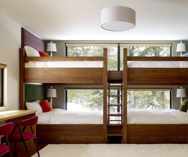 zwei massive holz hochbetten durch eine leiter voneinander getrennt. Black Bedroom Furniture Sets. Home Design Ideas