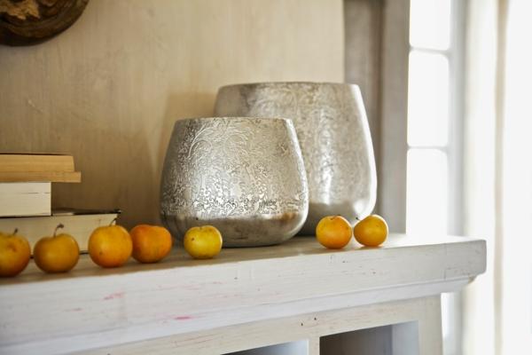 der landhausstil und seine varianten metallische gefäße ornamente regale