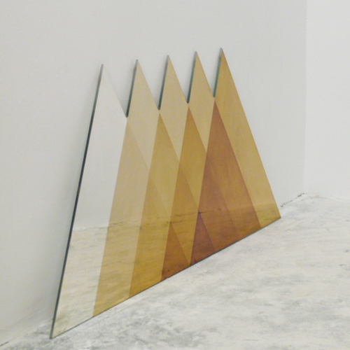 designer möbel kollektion geometrisch farben dreiecken spiegel