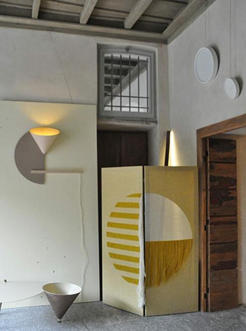 designer möbel kollektion geometrisch farben hocker ausstellung