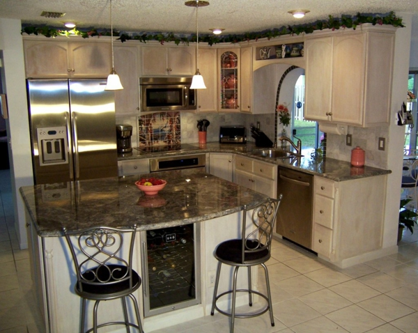die alte küche renovieren metall stühle insel tischplatte einbau schrank