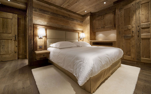 elegantes berghütte design holz wand kopfteil leder
