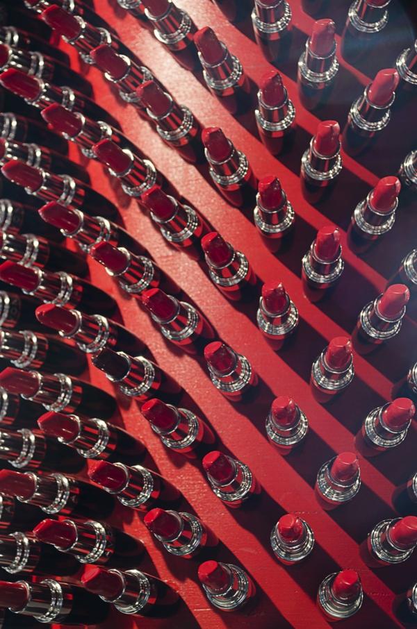 großer designer lippfenstift aus lippenstifthülsen rot recycelt