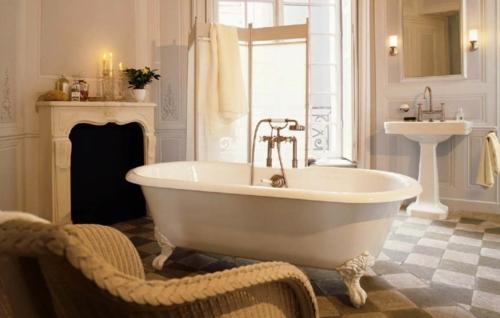 erholsames zuhause einrichten badezimmer badewanne einbaukamin