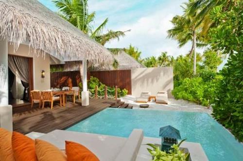 erholsames zuhause einrichten modern pool außenbereich holz  möbel