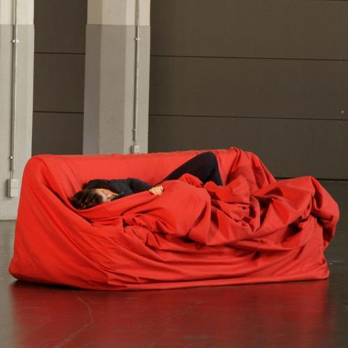 Fr Hliche Rote Designer Couch Von Hanna Emelie Ernsting