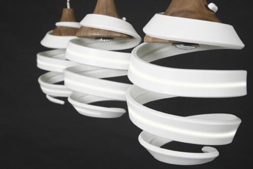 hängende Lampen aus recycelten Gegenständen gefertigt greg parsell