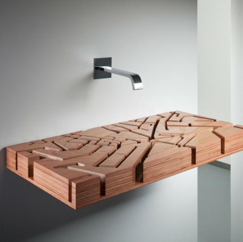 Holz Waschbecken Design, das an eine Gewässerkarte erinnert