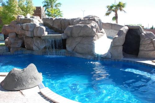 interessante-schwimmbad-designs-steine-viking-pool