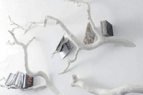kreative bücher aufbewahrung idee hängen zweige weiß angestrichen