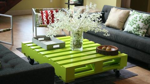 möbel aus holz paletten tischplatte grün bemalt idee vase blumen