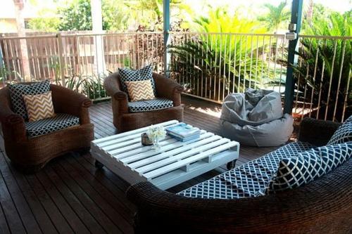 möbel aus holz paletten weiß niedrig tisch terrasse