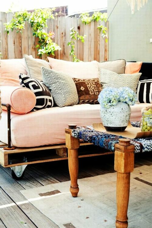 möbel holzpaletten außenbereich hof sitzbank auflagen matratze