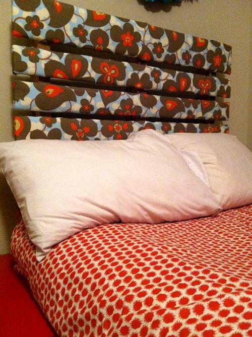 möbel holzpaletten schlafzimmer kopfteil blumen stoff bekleidet